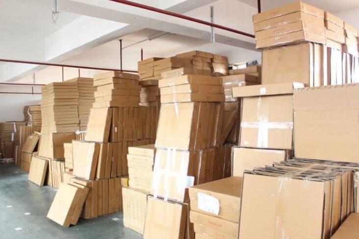 Số lượng đồng hồ treo tường tại kho rất lớn, phục vụ nhu cầu mọi khách hàng