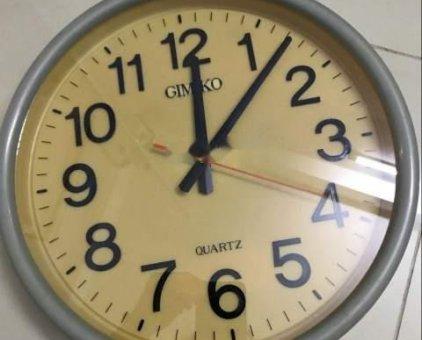 đồng hồ treo tường gimiko nền vàng